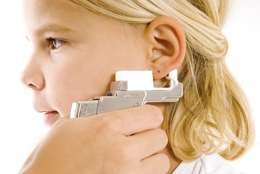 Öronhåltagning med Studex System75: Gently piercing the ear; the clasp is positioned at the same time