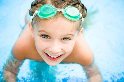 Sommartips för hål i öronen: Lakes and ocean water are better for newly pierced ears than chlorine pools